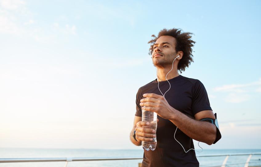 Seis consecuencias en tu cuerpo por no tomar agua